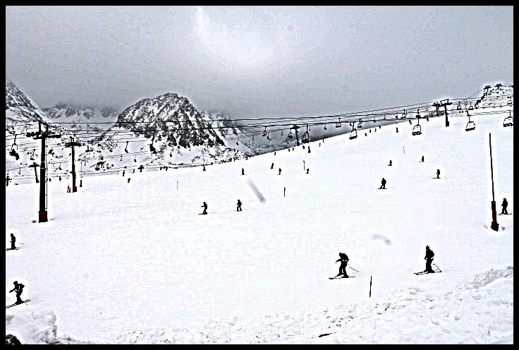 La temporada 2012-2013 està sent immillorable: no veiem aquestes condicions des de l'any 1996, i l'única que s'hi havia acostat havia estat la de 2004-2005. Des de novembre i fins ara, Grandvalira porta acumulats 7,32m de neu. Aquesta xifra es veu únicament superada pels 7,50m que va acumular durant el 1996.  Però no només s'ha de tenir en compte aquest factor. Un dels principals motius que ha garantit la neu pols durant la temporada ha estat la regularitat de les nevades, constants tot l'hivern. Si prenem en consideració les xifres de neu acumulades durant mesos, podem observar que ha nevat durant 63 dies entre novembre i març. Aquestes dades han estat recollides per tècnics de Grandvalira, en aquest cas, per l'equip de pisters en el seu informe diari.  La temporada apuntava maneras des d'un bon principi. Ja durant el mes de novembre es van acumular 40cms de neu amb les precipitacions abans del Pont de Purisima. Això va garantir un inici de temporada excepcional i poder oferir als esquiadors un domini esquiable en condicions favorables des del primer dia.  Sense neu de canó desde el 20 de gener Una altra dada significativa que posa de manifest l'abast de les nevades és la fabricació de neu de caní. La xarxa d'innicació es va parar el passat 20 de gener i des de llavors, no hi ha hagut necessitat de posar en funcionament els canons. En volums de neu de cultiu, la producció ha sigut un 35% inferior al de la temporada 2011-2012. Això, a efectes pràctics, significa que només hi ha hagut més neu natural sino que, a més, això proporciona una qualitat superior.