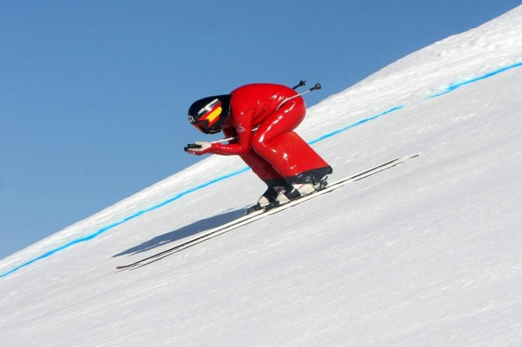 Copa de Europa Esqui Alpino en Grandvalira Buen papel de los esquiadores andorranos . Mejor suerte han tenido los corredores Andorranos donde, muy motivados por el buen ambiente en la grada y conscientes de la expectación que generan, han dado el máximo de sí mismos para mejorar sus tiempos. Dos han sido los andorranos que han conseguido finalizar la prueba. El mejor tiempo lo ha marcado el veterano del equipo, Roger Vidosa, con 2m30s84 finalizando la jornada en 42ª posición. El joven Marc Oliveras ha mejorado su tiempo y tras finalizar una primera manga que ha admitido como más dura, ha cruzado la meta en 43º lugar con un crono de 2m31s63. La nota negativa la pusieron sus compañeros de equipo José Verdú y Kevin Esteve, que abandonaron en la primera y segunda manga, respectivamente.