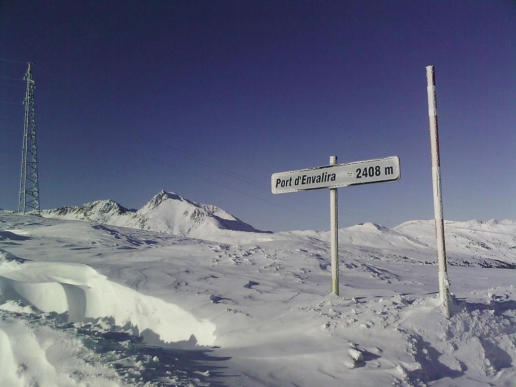 Grandvalira (Andorra) se viste de gala esta Semana Santa para celebrar en la novena edición del Grandvalira Total Fight un evento calificado con 5 estrellas de las 6 posibles y que reune entre el 28 y el 30 de marzo a los mejores riders mundiales en snowboard y freeskiel en el evento de estas características más importante del sur de Europa.  El Snowpark El Tarter reunirá al Top 10 mundial de riders de snowboard que a lo largo de tres días participarán en esta prueba de slopestyle, que contará con un diseño exclusivo y nunca antes visto, con el objetivo de realizar saltos impresionantes que les permitan conseguir el mayor número de puntos posible.  La final de la competición consiste en varios «cara a cara» en los que participarán los dieciséis mejores riders que se darán cita en Grandvalira. De ahí surgen los cuatro finalistas que realizan una supersesion con la que se selecciona al ganador. Además, este año se repartirán cerca de 40.000€ en premios.  Asimismo, el sábado por la tarde podrán vivirse otras experiencias gracias al programa de actividades paralelas que incluye el festival de música electrónica «Electrosnow», en el que participan los más prestigiosos DJ's del momento, o la rampa de skate que se abrirá al público para esta ocasión.