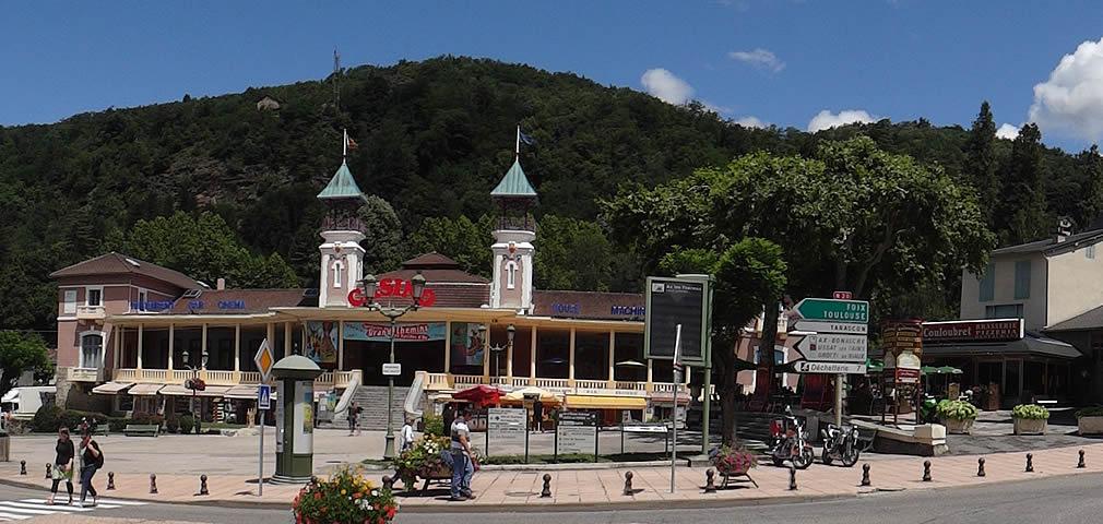 Ax-les-Thermes (nom occitan: Ax [ˈaʦ]) est une commune française, située dans le département de l'Ariège en région Midi-Pyrénées. Ax-les-Thermes est à la fois une station thermale, une villégiature estivale, un excellent centre d'excursions et une station de sports d'hiver. Ses habitants sont appelés les Axéens.