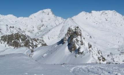 La pic de Font Blanca, encore nommé pic du Port de Siguer ou Rialp, est un sommet des Pyrénées situé sur la frontière entre la France et l'Andorre. Avec 2 904 m d'altitude, c'est l'un des cinq plus hauts sommets de la principauté d'Andorre.  Situé dans la vallée de Siguer, dans le département de l'Ariège, le pic de Font Blanca est un grand sommet bien individualisé et qui offre un panorama exceptionnel sur les montagnes ariégeoises, et andorranes. Il domine au nord le grand étang de Gnioure et la vallée de Siguer de plus de 2 000 mètres. Le versant sud domine El Serrat de plus de 1 400 mètres. Une longue crête découpée se détache au nord, et présente quelques sommets importants : le Pic de Bourbonne, le pic des Redouneilles.  Le sommet est situé dans le périmètre du parc naturel régional des Pyrénées ariégeoises.