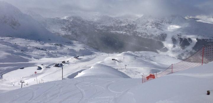 Grandvalira ouvrira demain un total de 40km de pistes pour tous les skieurs. Les températures basses des derniers jours ont permis le fonctionnement du réseau de canons à neige. De plus, les efforts des équipes de terrain ont permis l'augmentation de la zone skiable pour le week-end.