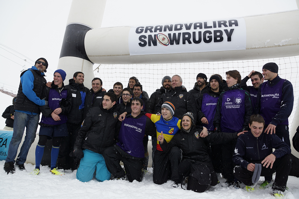 LeGrandvalira Snow Rugby est un tournoi de rugby «à toucher» ouvert à tous.  Cette seconde édition va se dérouler en 2 étapes:  - La phase qualificative le 10 janvier prochain au sein du stade Ernest-Wallon, où 16 équipes de 8 joueurs vont s'affronter dans un cadre convivial et festif sur les terrains d'entrainement du Stade Toulousain.  - Les phases finales les 24-25 janvier en Andorre sur la station du Pas de la Case, qui réunira les 3 premiers de la phase qualificative et une équipe locale pour s'affronter sur un terrain de rugby sur neige spécialement aménagé.  Les équipes désireuses de participer à la phase qualificative du Grandvalira SnowRugby 2015 devront s'acquitter d'un montant de 160€ TTC (20€ / joueur), et chacun des participants bénéficiera des prestations suivantes :  - Inscription au tournoi - Un sandwich et une boisson. - Une place de match en ¼ de virage pour Stade Toulousain-La Rochelle (samedi 10 janvier à 18h30 au stade Ernest-Wallon) - Un forfait journée permettant de skier sur l'ensemble du domaine Grandvalira (210km de pistes),  La phase qualificative se déroulera toute la journée du 10 janvier de 10h à 16h30 sur les terrains d'entrainement du Stade Toulousain.  Les 3 équipes qualifiées seront présentées à la mi temps du match Stade Toulousain-La Rochellesur la pelouse et seront totalement prises en charge en Andorre, du samedi 24 janvier 18h, au dimanche 25 janvier fin de journée : les frais d'hôtellerie et de restauration seront complétement pris en charge par l'Organisation pour les 3 équipes qualifiées sur la phase finale en Andorre.  Les matchs se dérouleront sur une mi temps unique de 10 minutes, à 5 contre 5 sur des terrains de 30 x 40 mètres, et arbitrés par des joueurs Espoirs du Stade Toulousain. Deux poules de 8 équipes vont être constituées, avec au moins 5 matchs joués par équipe tout au long de la journée, sur les 4 terrains spécialement aménagés.