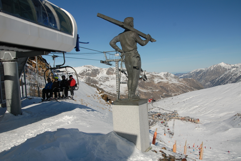 Située à une altitude de 2050 mètres d'altitude, le Pas de la Case est une station de ski qui appartient au plus grand domaine Pyrénéens, Grandvalira : 210km de pistes de ski adaptées aux skieurs de tous niveaux et reliant entre elles les 6 stations: Pas de la Case, Grau Roig, Soldeu, El Tarter, Canillo et Encamp. Pas moins de 935 canons à neige vous garantiront un enneigement optimal tout au long de votre séjour aux sports d'hiver. De plus, Grandvalira est équipé d'une soixantaine de remontées mécaniques afin de minimiser votre temps d'attente et vous offrir ainsi le plus de glisse possible ! Enfin, Pas de la Case possède de nombreux atouts comme une piste de coupe du monde de slaloom, géant et de KL (ski de vitesse) ainsi que 3 snowparks.