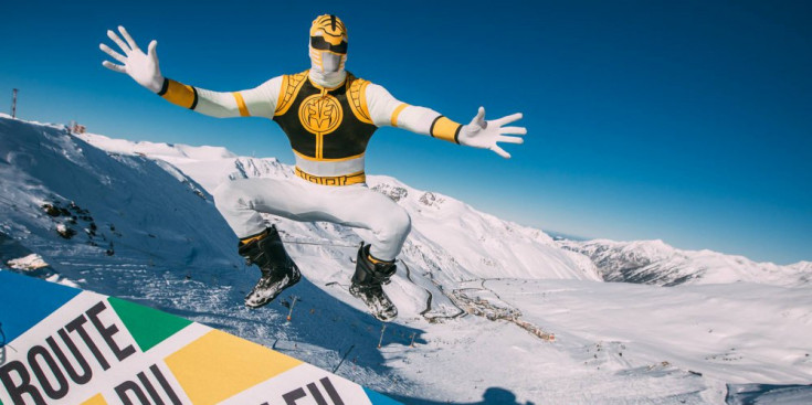 Festa i neu a parts iguals. Durant el dia i durant la nit. Ja estan esgotades les entrades per assistir al festival de música i esquí Snowbreak, que arriba aquest cap de setmana al Pas de la Casa i s'hi quedarà fins al 3 de febrer: dues setmanes en què s'espera que arribin gairebé 4.000 joves de Bèlgica, la majoria universitaris entre 20 i 35 anys, apassionats dels esports de neu. El programa que ofereix l'Snowbreak d'aquest any inclou propostes esportives d'esquí i snowboard, concerts, festes i activitats d'oci a la neu. Per segon any consecutiu, Andorra ha estat l'indret de muntanya escollit per l'equip que coordina l'esdeveniment, l'operador turístic Route du Soleil. L'Snowbreak existeix des de fa cinc anys i es considera el segon festival d'esquí més gran d'Europa. Aquest cap de setmana arribaran prop de 1.500 esquiadors belgues i holandesos, i per a la setmana vinent es preveu l'arribada de 2.000 més. En total, sumant els membres de l'organització i els artistes convidats, es calcula que les xifres d'afluència superaran les de l'any passat.