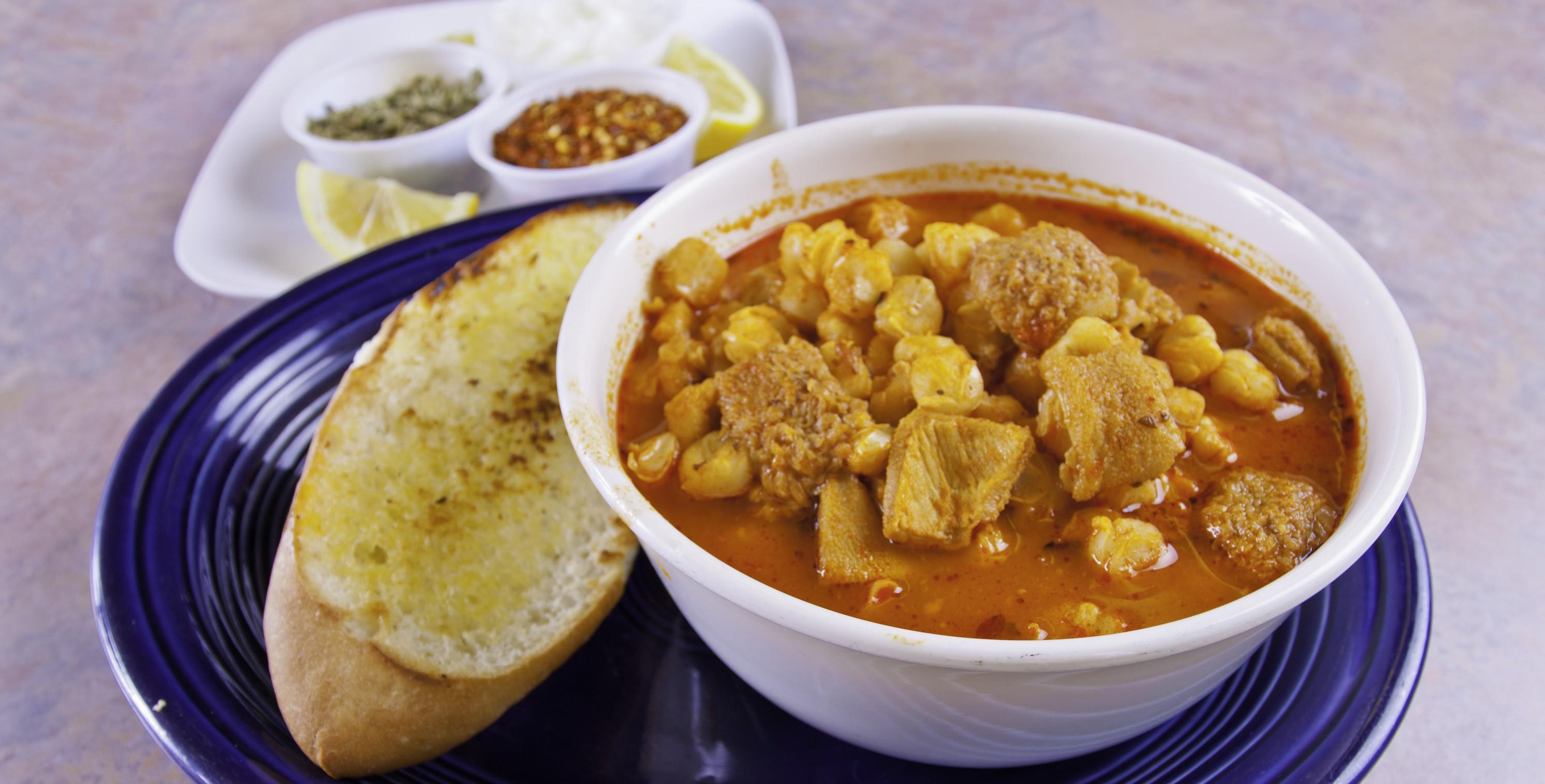 La Massana donne le coup d'envoi de l'année gastronomique avec les journées de cuisine d'hiver «Lo Mandongo». Ce mot désigne l'ensemble des viandes de porc et additifs avec lesquels est préparée la charcuterie lors de la journée du tue-cochon, qui a lieu à cette époque de l'année. Les restaurants de la commune participant à cette initiativeproposent des menus avec des plats à base de porc. «Lo Mandongo» de cette année vous réserve par ailleurs des plats élaborés à partir d'autres produits locaux, allant des recettes traditionnelles aux recettes les plus modernes et créatives, agrémentées de notes d'autres cultures. Comme l'an passé, plusieurs établissements profitent de l'occasion pour ajouter lescalçots (variété d'oignons tendres et doux) à leur offre, un produit typique de l'hiver. Retrouvez la liste des restaurants participant à «Lo Mandongo» 2018 en cliquant sur ce lien. Bon appétit! Lieu et dates: commune de La Massana, du 20 janvier au 25février. Plus d'informations: office du tourisme de La Massana. Tél.: (+376) 853 693.