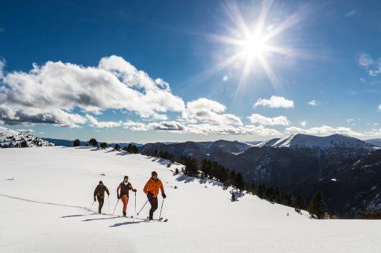 La Skimo, course de ski-alpinisme d'Andorre, se composera cette année de deux étapes, la Skimo 6 et la nouvelle Skimo 10. Avec cet élargissement, la course créée en 2016 se rapproche de son grand objectif : réaliser la traversée hivernale complète d'Andorre en ski de montagne. La Skimo6 conservera le parcours des années précédentes avec le départ à Naturlandia et l'arrivée à Grau Roig, un passage par 6 refuges de haute montagne et des lieux emblématiques du territoire andorran comme le lac de la Nou, le lac de l'Ila et la vallée du Madriu (Patrimoine naturel de l'humanité de l'Unesco). La Skimo10, quant à elle, partira du même endroit mais son parcours comportera une deuxième étape entre Grau Roig et Ordino-Arcalís. La Skimo d'Andorre souhaite récupérer l'esprit des courses de montagne et devenir une référence pour tous les skieurs de montagne, professionnels ou amateurs. Afin de respecter cette philosophie, la participation n'est possible qu'en équipes de deux ou trois personnes. L'épreuve compte pour la Coupe d'Andorre de ski-alpinisme. Lieu et dates : Week-end du 24 et 25 février 2018. Départ à Naturlandia. Arrivée Skimo6 à Grandvalira (secteur Grau Roig) et Skimo10 à Ordino-Arcalís. Plus d'informations : VSL Sports Tel.: (+376) 390 880 info@viusenselimits.com