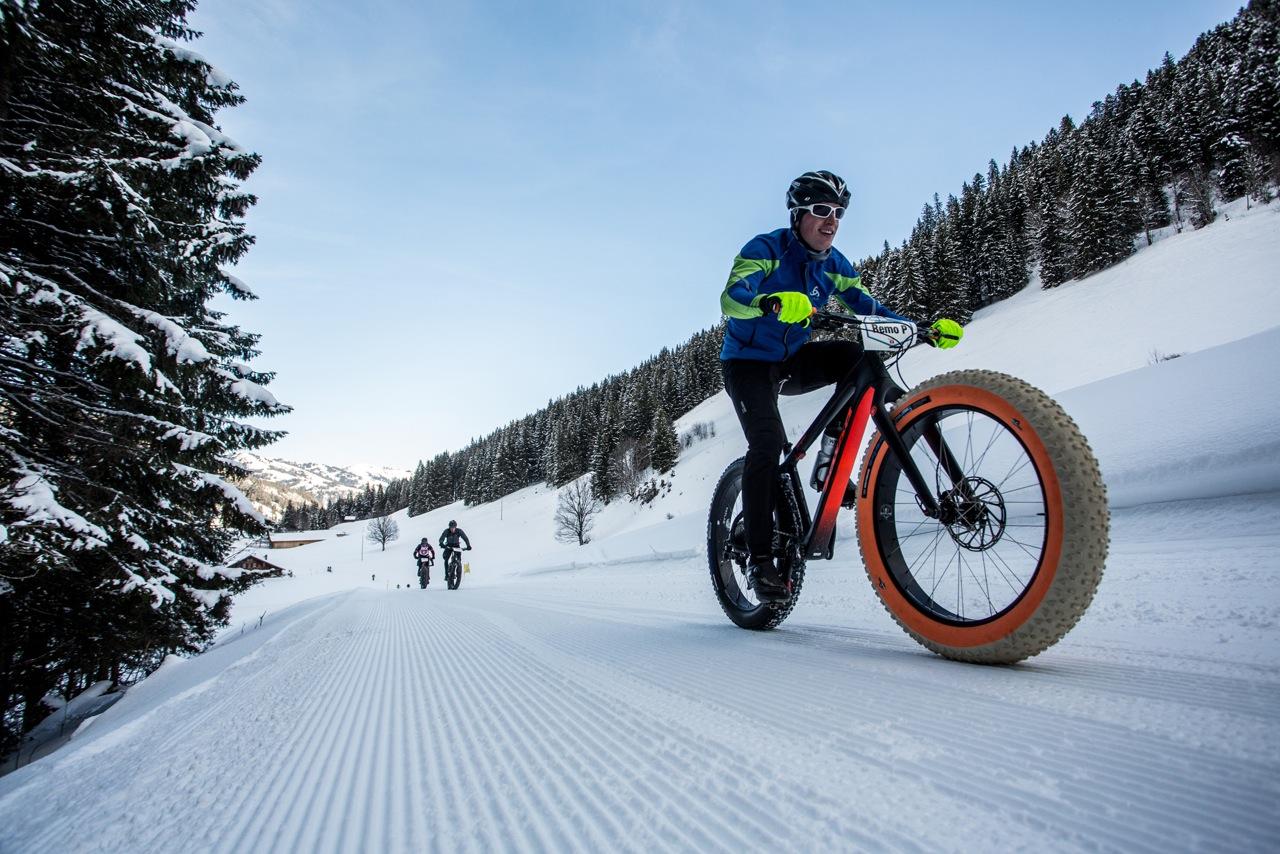 10 et 11 Mars – Grandvalira – secteur Grau Roig. Le Snowbike, une compétition de vélos sur neige arrive à Grandvalira. Êtes-vous préparé pour skier sur deux roues? Snowbike Grandvalira 10/03/2018 - 09:00 - 11/03/2018 - 17:00. Grandvalira lance un nouvel événement unique pour cette saison 2017-18. Les 10 et 11 mars, le secteur de Grau Roig accueillera la première édition du SnowBike Grandvalira, une compétition qui se déroulera avec des VTT équipés de roues à larges pneus spécialement conçus pour se déplacer dans la neige. Une sélection des meilleurs spécialistes et sportifs du monde du cyclisme participera à cette épreuve qui se déroulera sur un circuit délimité dans les montagnes de Grau Roig.