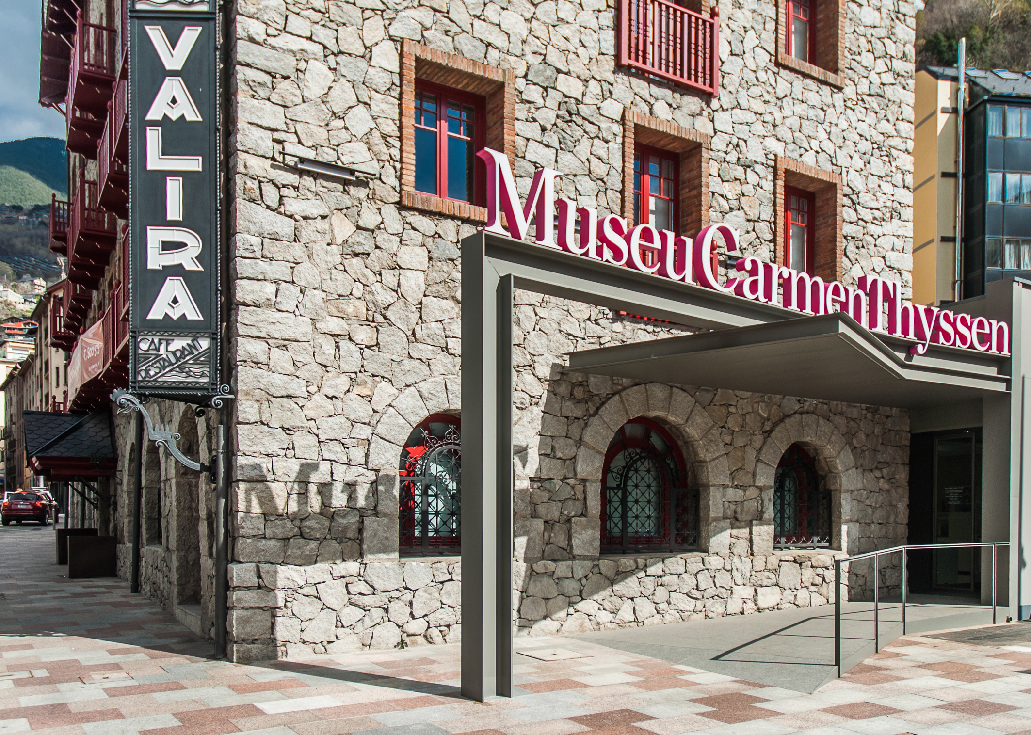 Gauguin, Matisse, Monet… Les grands maîtres des XIXe et XXe siècles s'exposent dans la Principauté. Découvrez ici le Musée Thyssen d'Andorre Depuis mars 2016, le nouveau Musée Thyssen d'Andorre est une halte obligatoire pour les amateurs d'art, en particulier de la peinture des XIXe et XXe siècles. Nous vous présentons ici cet espace consacré à l'art, les expositions que vous pouvez visiter et leurs horaires. Ne ratez pas cette opportunité de découvrir ce petit bijou de modernité en plein cœur des Pyrénées! Une grande salle des expositions à Escaldes-Engordany Le nouveau Musée Carmen Thyssen d'Andorre se trouve au rez-de-chaussée de l'historique hôtel Valira, un bâtiment classé comme bien immobilier par la Principauté, et qui est l'un des meilleurs exemples de l'architecture du granit dans notre pays. Ce musée occupe 500m2, dont 250m2 sont consacrés à la grande salle des expositions. Toute la superficie est parfaitement accessible et dotée des derniers progrès techniques à l'usage du musée. En ce sens, les nouvelles technologies jouent un rôle fondamental: le visiteur dispose d'écrans tactiles pour interagir directement avec l'œuvre, et profiter d'informations et de points de vue différents. Expositions du Musée Thyssen d'Andorre Les expositions du Musée Thyssen d'Andorre comptent certaines des meilleures œuvres de la collection privée de Carmen Thyssen. Des pièces de maîtres des XIXe et XXe siècles issues de son siège de Madrid et d'autres espaces artistiques lui appartenant, arrivent en Andorre. Ces œuvres représentent les principaux courants artistiques de l'époque: impressionnisme français et nord-américain, modernisme catalan, fauvisme, cubisme, expressionnisme allemand, hyperréalisme nord-américain, etc. Des expositions annuelles renouvelées tous les 11mois et des «expositions mixtes» créées en collaboration avec d'autres musées du monde. Ce centre d'art surprendra chaque année les visiteurs, même les plus assidus, avec de nouvelles œuvres. Ce n'est pas un has