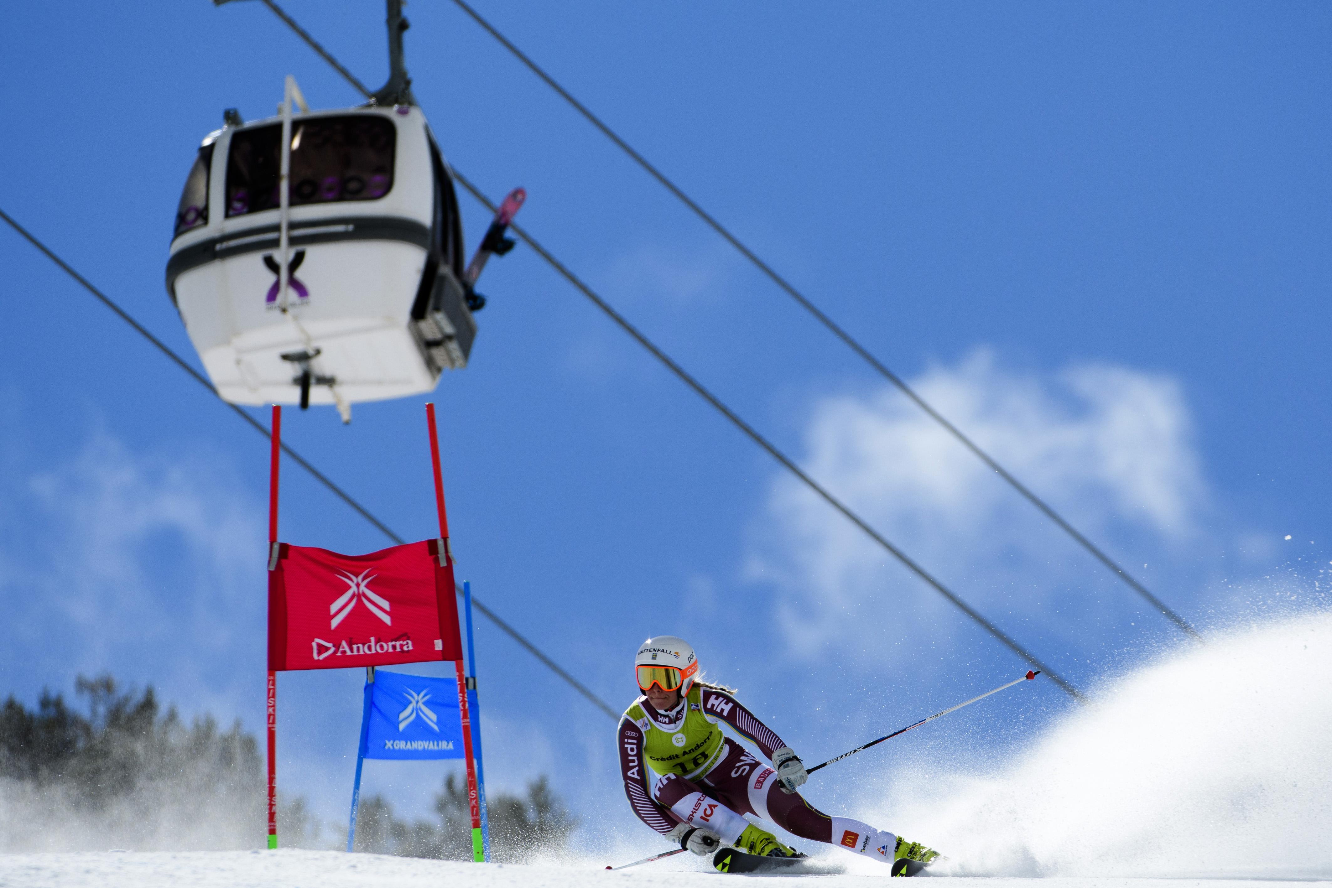 """Ayer en un evento en Nueva York la esquiadora americana ha anunciado que la temporada 2018-19 será la última, supere o no el record de Ingemar Stenmark de victórias en Copa del Mundo. Con 82 victorias en la Copa del Mundo de Esquí FIS de carrera, solo cuatro menos que el récord de 86 de Stenmark, Vonn sorprendió a propios y extraños declarando que retiraría después de esta temporada.  """"Si lo obtengo [el récord], sería un sueño hecho realidad"""", dijo Vonn antes de un evento en Manhattan. """"Si no lo hago, creo que he tenido una carrera increíblemente exitosa, no importa """"Sigo siendo la esquiadora más laureada de todos los tiempos"""". La temporada pasada, Vonn consiguió cinco victorias en la Copa Mundial, a pesar de un comienzo difícil de la temporada con un accidente en Lake Louise. """"Lindsey Vonn es realmente un ícono del deporte mundial"""", dijo Tiger Shaw, presidente y CEO de Ski & Snowboard de los EE. UU. """"La noticia de que la próxima temporada será la última de Lindsey es muy importante. Todos tenemos la oportunidad de ver a una increíble atleta terminar su brillante carrera deportiva, escribiendo un nuevo capítulo de su brillante historia. """". Cinco victorias es lo que Vonn necesita esta temporada para superar el récord de Stenmark y pasar a la historia como la esquiadora con más victórias de todos los tiempos. La retirada del astro americano coincidirá con las Finales de Copa del Mundo de Esquí Alpino que se disputarán en las pistas de Soldeu EL Tarter, Grandvalira, en el Pirineo de Andorra."""