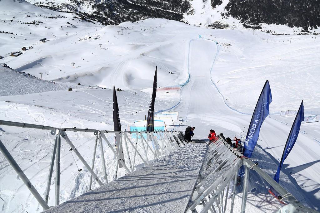 PISTE RIBERAL Du 10 au 13 avril 2019, Grandvalira recevra les skieurs les plus rapides au monde à l'occasion des 2 dernières épreuves de la Coupe du monde de kilomètre lancé, après avoir accueilli 6 éditions consécutives des épreuves du circuit de la Coupe du monde et, lors des éditions 2016 et 2017, les Championnats du monde de KL.En 2017, le skieur suisse Philippe May a surpris tous les visiteurs avec un nouveau record de vitesse sur la piste Riberal. Sa marque a été 199,56 km/h. Disputée sur la piste Riberal du secteur Grandvalira - Grau Roig, l'épreuve de cette saison disposera une nouvelle fois de la tour de 10 mètres de haut sur 18 mètres de long depuis laquelle les skieurs prendront le départ et qui leur permettra d'atteindre 200 km/h. La piste Riberal, la seule du sud de l'Europe à pouvoir recevoir des compétitions de ce type, s'étend sur 900 mètres, avec une aire de freinage de 450 m. Son tracé débute à 2538 m d'altitude et prend fin à 2338 m, avec un dénivelé de 200 m auxquels il faut ajouter la tour de 10 mètres du point de départ. Ces caractéristiques techniques, ainsi que d'autres comme la pente maximale de 74%, permettront aux skieurs d'atteindre des vitesses de l'ordre de 200 km/h.