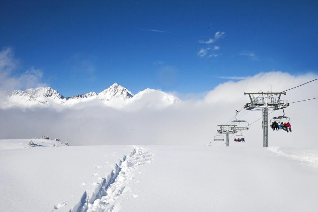 MÀGIC GLISS Cette saison encore, Grandvalira assure le divertissement des familles grâce à de nouvelles attractions et offres conçues pour tous les âges. Le Mon(t)Magic Family Park du secteur Canillo inaugure le Màgic Gliss, un toboggan doté d'une descente de 555mètres et d'une montée de 180mètres sur lequel petits et grands pourront s'amuser pendant leur journée de ski. L'attraction, qui peut permettre d'atteindre une vitesse de 40km/h, est conçue pour tous les publics à partir de 3ans. Les enfants de moins de 8ans devront toutefois être accompagnés d'un adulte. L'attraction est accessible depuis la piste ou la télécabine de Canillo. Elle est aussi accessible aux utilisateurs du forfait piéton.
