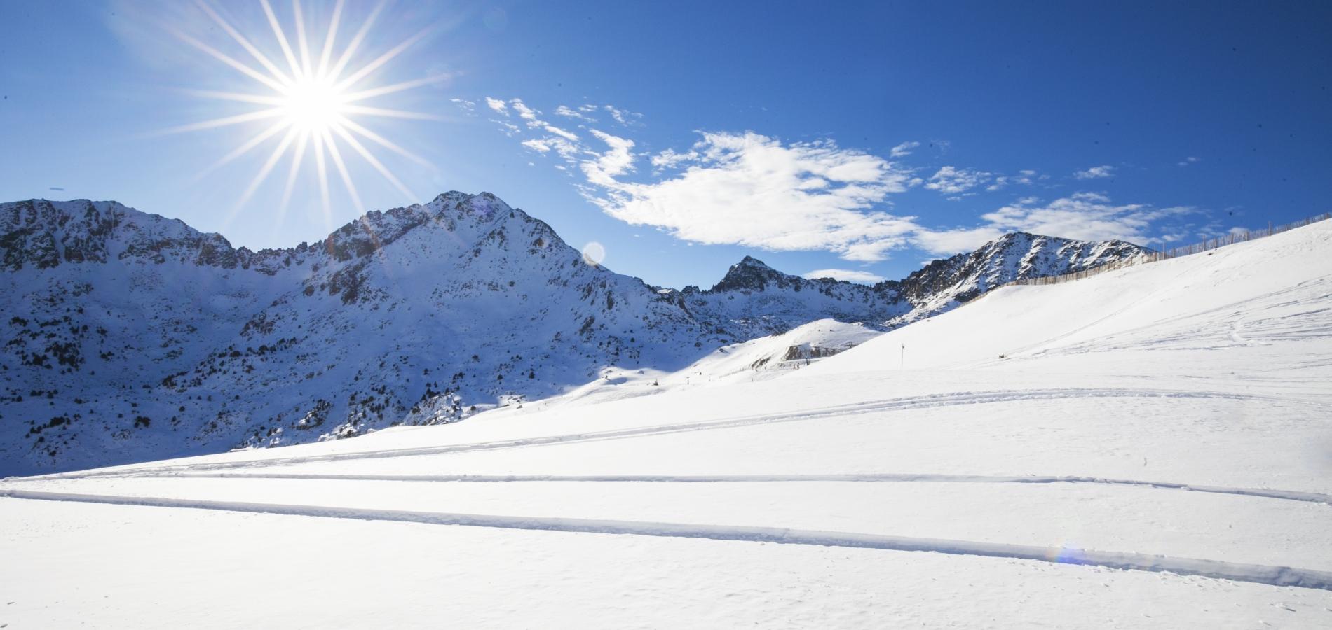 NOUVEAUTÉS DE L'ÉCOLE DE SKI ET DE SNOWBOARD  Top Race L'École de Ski et de Snowboard propose ce produit depuis déjà deux saisons, mais le centre du secteur de Grau Roig en propose désormais une nouvelle version. Ce produit s'adresse principalement aux skieurs ayant un profil technique élevé. En compagnie de l'ancien skieur alpin olympique Gerard Escoda, le client pourra profiter d'une demi-journée d'entraînement sur une piste spécialement conçue le slalom et le slalom géant. Grandvalira Mountain Guides Le ski de montagne arrive secteur du Pas-de-la-Case avec l'inauguration du premier circuit de cette modalité dans la zone des Isards. Ce nouveau circuit, parfaitement balisé, réunit toutes les conditions de sécurité et s'ajoute aux 5 autres circuits qui parcourent Grandvalira : 4 dans le secteur de Grau Roig et 1 dans celui d'El Tarter.  Nouveau produit Les clients les plus intrépides avides de nouveaux défis pourront suivre les nouveaux cours officiels « Corona els teus cims » ; ils consistent à établir un calendrier d'entraînements pour pouvoir atteindre différents sommets d'Andorre. Les clients pourront profiter d'un total de 6 circuits adaptés selon différents niveaux et pourront décider, à partir d'un programme d'entraînements avec des instructeurs titulaires et des guides de haute montagne, lequel s'ajuste le mieux à leurs capacités techniques. École pour enfants Le secteur de Grau Roig a divisé le jardin de neige en trois zones correspondant au processus évolutif de l'enfant lors de son apprentissage. Le jardin de neige de l'École de Ski et de Snowboard du secteur d'El Tarter étend également sa surface skiable, de même que la garderie de thématique du Bababoom Circus. Amélioration des installations des écoles Les installations de l'École de Ski et de Snowboard du secteur de Grau Roig sont améliorées pour favoriser l'accès, le confort et les facilités de souscription des produits, le tout grâce aux travaux d'agrandissement et de réaménagement de la réception. L
