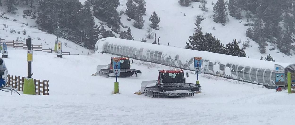 El primer '100 km' de la temporada en el sur de Europa se lo ha llevado Grandvalira, que tras las nevadas que están cayendo en estas horas han sacado todas sus máquinas a trabajar para abrir este mismo fin de semana los 100 kilómetros de pistas de esquí