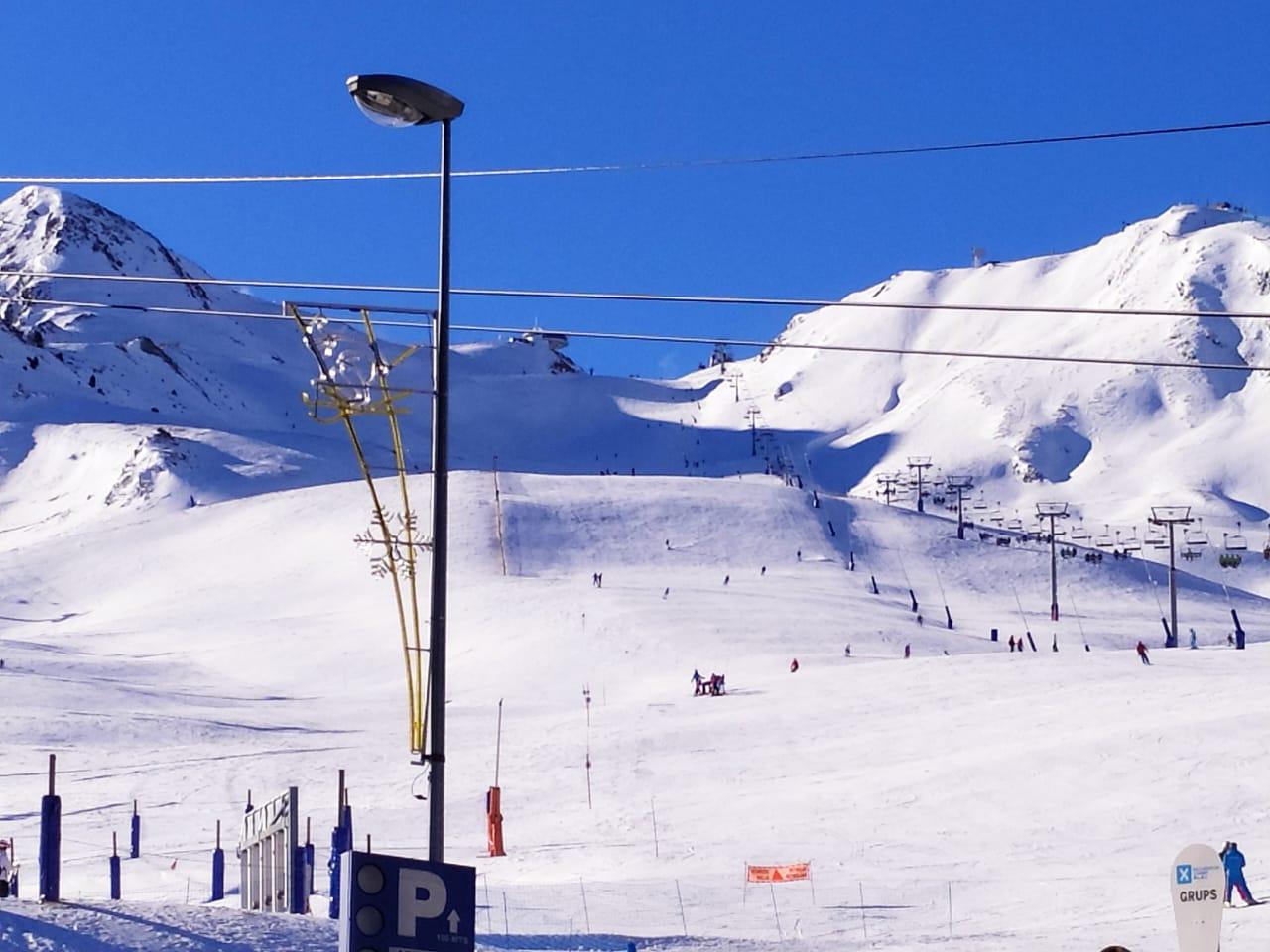 Servei de bus gratuït Fins el 23 de desembre i per facilitar l'accés a El Domini de la Neu, es manté el servei de bus gratuït d'enllaç entre els sectors Canillo i Grau Roig pels esquiadors que presentin el forfet de dia o de temporada. El servei s'activarà a partir de les8:30 hi tindrà una freqüència de pas de mitja hora i parada en tots els sectors de Grandvalira excepte el sector Pas de la Casa. L'última sortida serà a les17:30 hdes de Grau Roig.