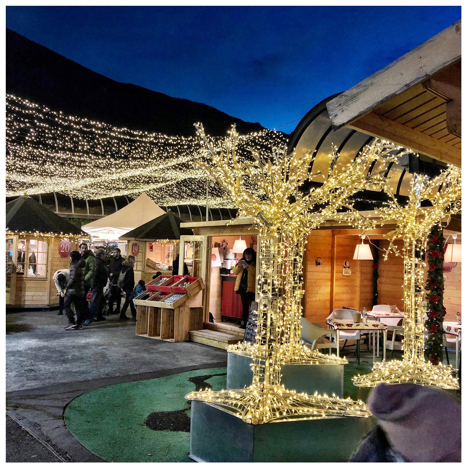 Andorre-la-Vieille a donné le coup d'envoi le 1er décembre ; l'ouverture du marché de Noël, Plaça del Poble, a été précédée d'un spectacle sons et lumières qui sera représenté tous les soirs à 18 h et à 19 h 30 à la place de la Rotonde jusqu'à la fin du mois. Puis c'est le chœur d'enfants des «Petits Cantors d'Andorra» qui a interprété quelques chants de Noël avant le feu d'artifice qui a illuminé et fait résonner et trembler la vallée pendant plus d'un quart d'heure. De nombreuses activités sont destinées aux enfants comme la patinoire et le toboggan synthétiques. Le programme complet se trouve en français sur https ://www.andorralavella.ad/noel/inici-noel. Après l'arrivée du Père Noël le 24 décembre à 18 h, les festivités se termineront par la grande cavalcade des Rois Mages entre Escaldes et Andorre la Vieille le 5 janvier à partir de 18 h 30. Bien sûr, les autres communes ne sont pas en reste et elles proposent toutes de quoi satisfaire les nombreux touristes qui vont déferler sur la Principauté pendant les fêtes et cela commence cette fin de semaine avec l'arrivée attendue de nombreux Espagnols qui fêteront la Purissima dès jeudi.