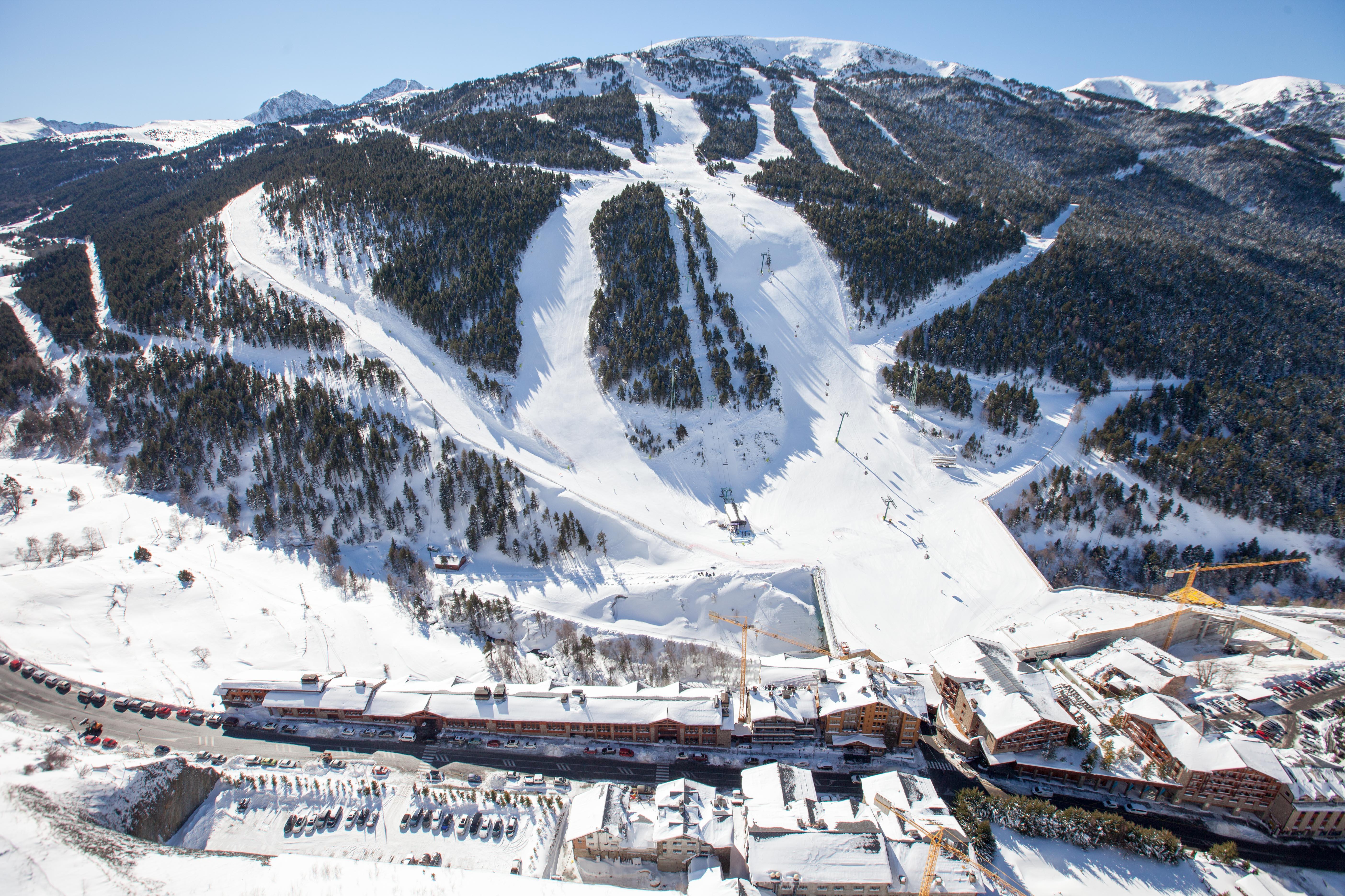 S'espera que la competició aplegui una norantena d'esquiadors, sumant els 25 corredors i corredores de cada disciplina, tot i que el nombre exacte se sabrà un cop es tanquin les inscripcions el 25 de febrer. Actualment, el circuit de Copa del Món està aturat perquè s'estan disputant els Campionats del Món a Åre, Suècia, una cita que se celebra cada dos anys.
