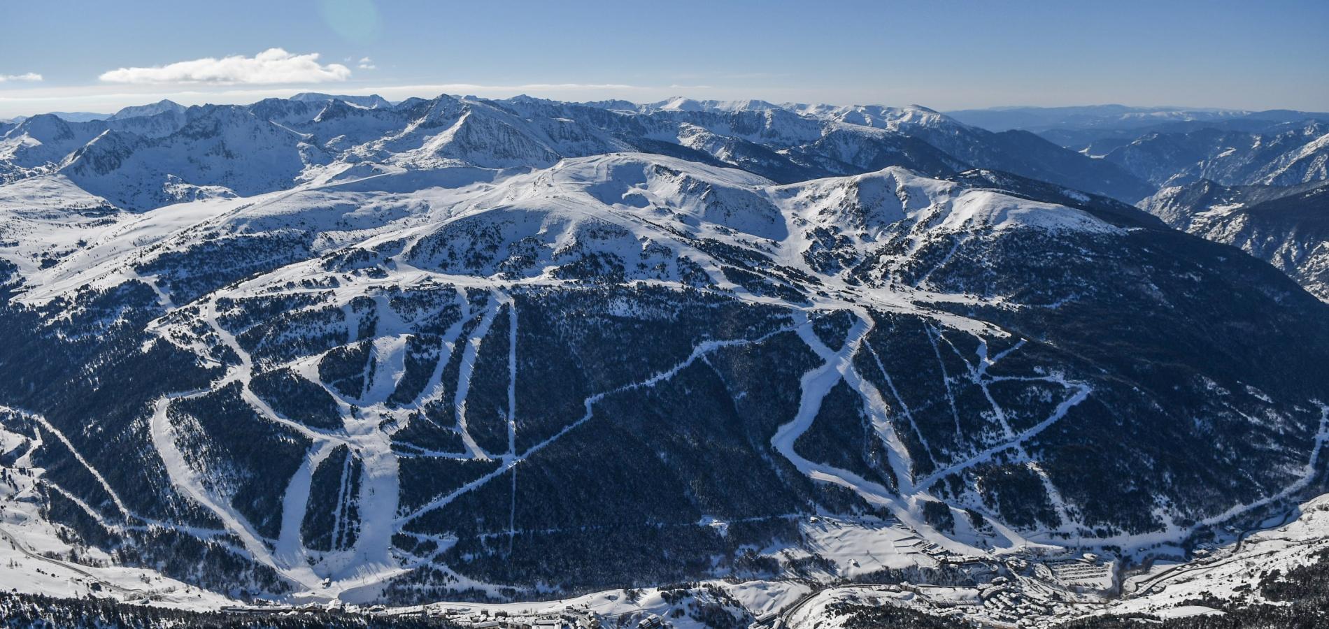 """Grandvalira culmina 3 anys de feina per fer realitat l'esdeveniment més gran de la seva història Els dos traçats on es disputaran les diferents proves estan pràcticament a punt per a la gran cita que tindrà lloc de l'11 al 17 de març Marcel Hirscher i Mikaela Shiffrin encapçalen la classificació de la competició, actualment aturada per la celebració dels Campionats del món a Suècia  Andorra la Vella, 8 de febrer del 2019. Des que l'octubre del 2015 la Federació Internacional d'Esquí (FIS) va escollir els sectors de Soldeu El Tarter de Grandvalira per a la celebració de les Finals de la Copa del Món d'esquí alpí del 2019, l'estació ha treballat incansablement per fer realitat l'esdeveniment esportiu més gran de la història d'Andorra. La gran cita serà de l'11 al 17 de març, quan el país rebrà els millors esquiadors i esquiadores del món, que lluitaran pel títol a les pistes Àliga d'El Tarter, on es disputaran les proves de velocitat, i Avet (Soldeu), escenari de les disciplines tècniques. Durant aquest temps, i més intensament a partir de la celebració de les finals de la Copa d'Europa de l'any passat, s'ha treballat per tal que l'estació disposi de la darrera tecnologia i totes les eines per tal de convertir l'Àliga i l'Avet en pistes de Copa del Món de referència a Europa. Un dels projectes ambiciosos que ho poden garantir és la plataforma esquiable de Soldeu, que ha permès ampliar l'arribada de la pista Avet, disposar de més espai per a les graderies, els equips i els patrocinadors, i millorar la logística de la retransmissió televisiva. El director general del Comitè Organitzador, Conrad Blanch, ha explicat durant la presentació d'aquest divendres que l'estació """"està preparada per oferir al món la seva millor cara"""". Després d'enllestir la nova plataforma, els equips tècnics s'han centrat durant les darreres setmanes en posar a punt els dos traçats on es disputaran les diferents proves. Blanch ha explicat que el traçat de la pista Avet està ja a punt, mentre que p"""